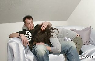 Dzięki ukrytej kamerze obserwował miotłę na skórze darmowe ostre sex filmy dziewczyny, która pomogła mu ją połknąć.