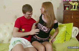 Szczęśliwy facet zwariował filmy ostre porno za darmo z dziewczyną w prezerwatywie na kanapie